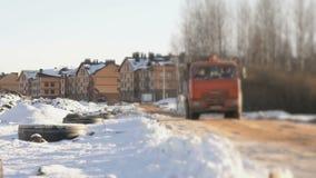 LKW, der Lehm zur Baustelle transportiert stock video footage