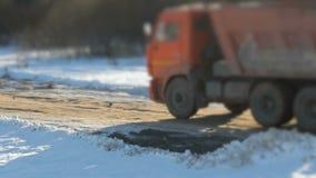 LKW, der Lehm zur Baustelle transportiert stock footage