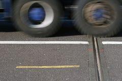 LKW, der vorbei überschreitet Stockbilder