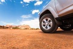 LKW in der Wüste mit Bergen auf dem Hintergrund Stockbild