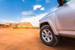 LKW in der Wüste mit Bergen auf dem Hintergrund Lizenzfreie Stockfotos
