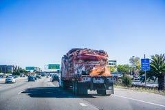 LKW, der zerquetschte Karosserien transportiert lizenzfreies stockfoto
