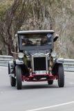 LKW des International-1926, der auf Landstraßen fährt Stockbild