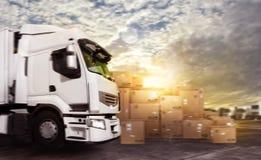 LKW in einer Ablagerung bei den Paketen bereit zu beginnen lizenzfreies stockbild