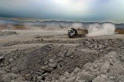 LKW in einer Kohlengrube stockbild