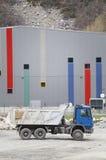 LKW für Transport von Baumaterialien Ziegelsteine, die draußen legen Lizenzfreies Stockfoto