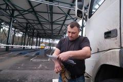 LKW-Fahrer mit einem Paket von Erkl?rungen an den Gewohnheiten stockfotos