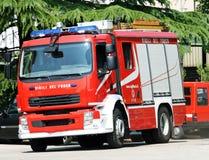 LKW-Feuerwehrmänner während eines feuerlöschenden stockbilder