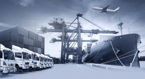 LKW-Flotte mit schönem Himmel lizenzfreie stockfotos