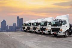 LKW-Flotte mit schönem Himmel stockfotografie