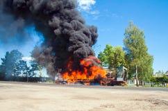 LKW im Feuer mit schwarzem Rauche auf der Straße Stockfoto