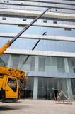 LKW-Kran auf Baustelle Stockfotografie