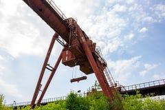LKW-Kran an der alten Fabrik stockbild