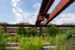 LKW-Kran an der alten Fabrik lizenzfreies stockfoto