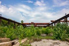 LKW-Kran an der alten Fabrik stockfotos