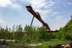 LKW-Kran an der alten Fabrik stockfoto