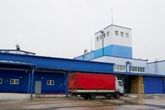 LKW-Laden an der Fabrik stockfoto
