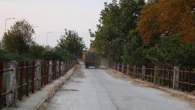 LKW lud mit Bündeln des Klees auf einer alten Brücke in Serres, Nord-Griechenland stock video footage