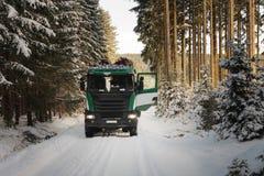 LKW mit Anmeldungsstraße im Wald im Winter Stockfotos