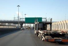 LKW mit einem Schlussteil auf der Datenbahn Stockbilder