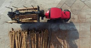 LKW mit Lastsklotz eines Manipulator, LKW für das Transportieren von Klotz mit einem Manipulator Moderne Ausrüstung an der Holzbe stock footage