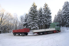 LKW mit Schlussteil auf Winterstraße Lizenzfreie Stockfotografie