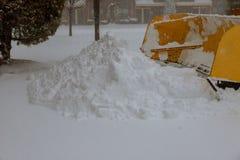 LKW mit Schneepflug-Reinigungs-Straße durch das Entfernen des Schnees von der Straße Stockfotografie