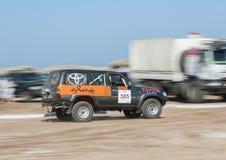 LKW nicht für den Straßenverkehr, der in einer Wüstensammlung konkurriert Stockbilder