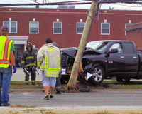 LKW nimmt Strommast in Bethpage NY heraus Lizenzfreies Stockbild