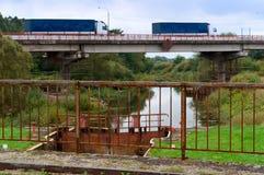 LKW, Packwagen, Zugang, hydraulisch, Brücke, Fluss, Kanal, Transport lizenzfreies stockfoto