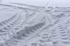 LKW-Reifenbahnen auf Schnee Stockbild