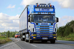 LKW Scanias 164L halb auf der Straße am Sommer Stockfoto