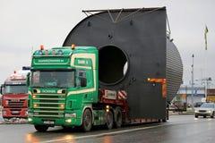 LKW Scanias 124L schleppt eine breite Last Stockbild