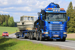 LKW Scanias 124 schleppt ein Boot Lizenzfreies Stockbild