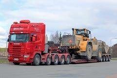 LKW-schwerer Rad-Lader-Transport Scanias 164G halb Lizenzfreies Stockfoto