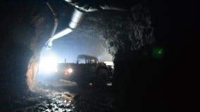LKW-Tiefbaugoldtunnelgeologie stock video