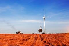LKW-Traktoren pflügen Ackerbau mit dem blauen Himmel Lizenzfreie Stockfotografie