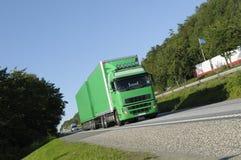 LKW-Transport auf besetzter Datenbahn stockfotografie