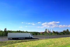 LKW-Transport auf der Straße Lizenzfreies Stockbild
