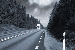 LKW-Transport auf szenischer Autobahn Stockfotos