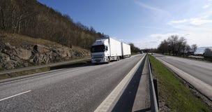 LKW-Transport auf szenischer Datenbahn lizenzfreies stockfoto