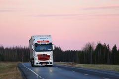 LKW-Transport unter rosa Himmel Stockbilder
