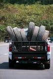LKW transportieren große Anlage tauscht halb alte benutzte Reifen auf der Straße Lizenzfreie Stockfotos