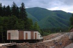 LKW transportieren vorübergehendes Haus irgendwo auf der Rückseite Stockfoto
