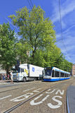 LKW und Tram im Stadtzentrum Amsterdam, die Niederlande Stockbild
