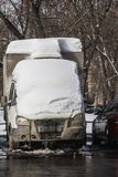 LKW unter dem Schnee im Parkplatz Lizenzfreie Stockfotografie