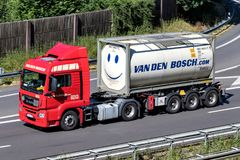 LKW Vans den Bosch auf Autobahn lizenzfreie stockbilder