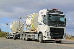 LKW Volvos FH transportiert Baumaterialien in den Silos Stockfotografie