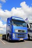 LKW Volvos FH 480 und Sommer-Himmel Stockfotos