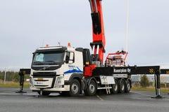LKW Volvos FM ausgerüstet mit schwerem Kran Lizenzfreies Stockfoto